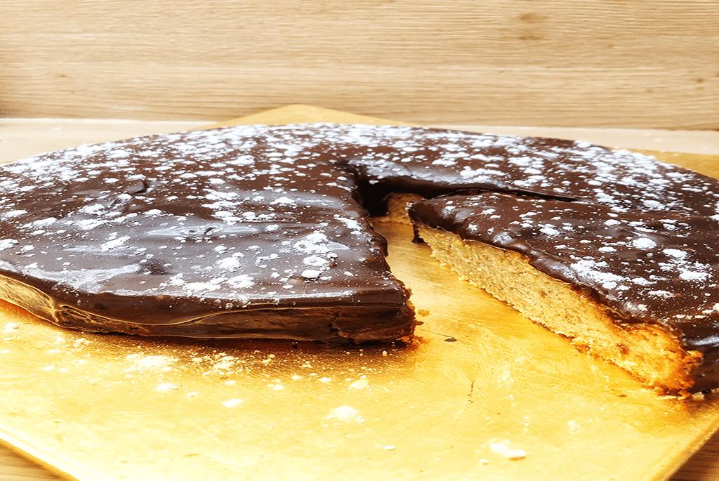 Gâteau à la farine de pois chiche et glaçage chocolat